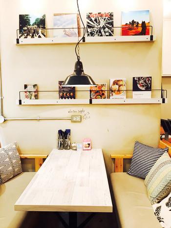 壁や床の大きな変更はできなくても、ライトや椅子などのアイテム次第で雰囲気がかなり変わります。 お家を大好きなカフェみたいに演出してみたい!という方は、ぜひ参考にしてみてくださいね。