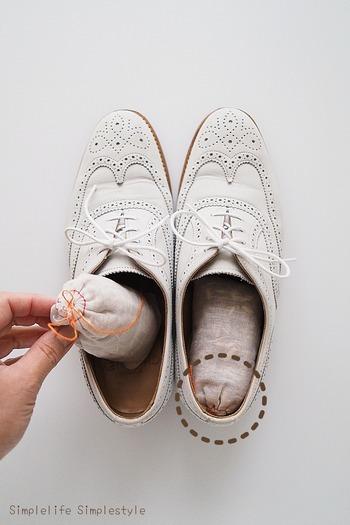 防虫・防カビ効果が期待できる天然木のレッドシダーキューブを布製の袋などに入れて、靴の中に置きます。