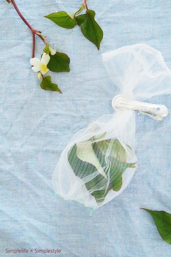 消臭剤は手作りすることもできます。どくだみの葉っぱをカットし、通気性の良い袋などに入れて、消臭剤として下駄箱内に置くのもいいアイデア。流しのネットがちょうどいいです。