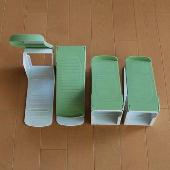 こちらは、下駄箱の容量を増やすのに最もポピュラーなアイテムではないでしょうか。 シューズホルダーやシューズキーパーという名前で売られています。