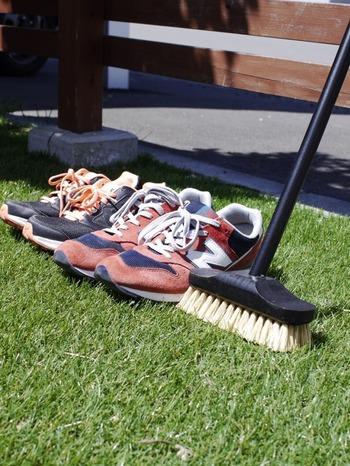 大切な靴を長く履くにはメンテナンスも必要です。 スニーカーがなかなか洗えない時は、天気の良い日に外に出して日光で消毒しましょう。