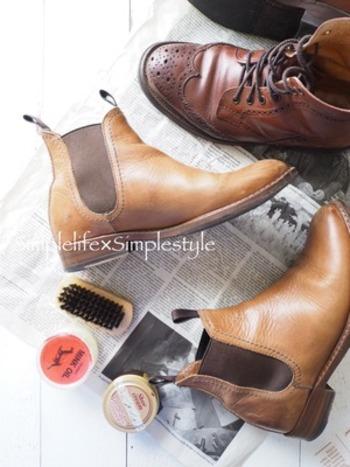 革靴は、ブラシで土やホコリをはらった後、クリーナーで汚れを落とします。 その後クリームを塗って、艶出しをします。 お気に入りの靴がツヤツヤだととっても気分が良いですよね。