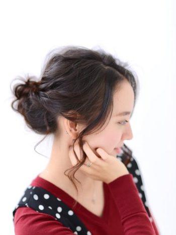 ポニーテールに三つ編みを巻きつけた、ナチュラルなお団子スタイル。三つ編みはほぐしてから巻きつけるのがポイントです。後れ毛はコテでランダムに巻いて、より華やかな印象に。