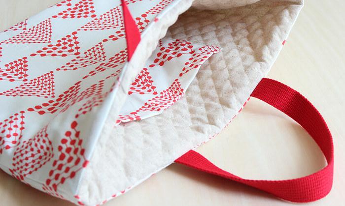 ふかふかのキルティングの裏地にポケットがついたレッスンバッグです。まち針を打ちながら縫っていくとキレイに仕上がりますよ。クリップやマスキングテープを代用しても◎
