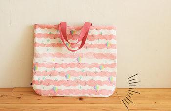 底がカーブしたバッグは、かわいらしさもアップします。中に入れられる量は四角いバッグと変わらないのも嬉しいですね。