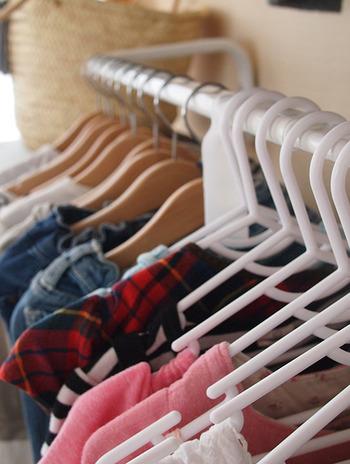 「取り込んだ洗濯物を一旦どこに置くか」という点も各ご家庭でさまざまだと思いますが、干す時のハンガーとクローゼットのハンガーを兼用にし、取り込んだ服はそのまま収納してしまう手もあります。干す時に使うハンガーを家族それぞれにデザインで分けておくと、見た目でも簡単に区別できますね。