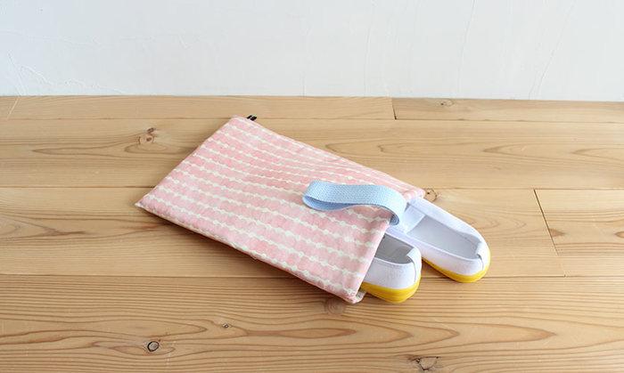 入園だけでなく入学にも安心な、20cm程度の上履きが入るサイズのバッグです。