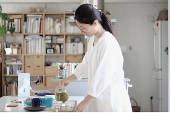 どこか懐かしい割烹着ですが、実はエプロンよりもカバーしてくれる範囲が広いので、調理の際に油や汁などのハネから洋服を守ってくれるだけでなくお掃除の際も、ほこりから完璧に守ってくれるありがたいアイテムなんです。