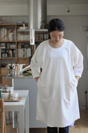 中川政七商店の割烹着のロング丈は、袖口と後首ぐりがゴム仕様になっており、後ウエストの部分は紐付きで、見た目も清潔感たっぷりで、丸い襟ぐりも可愛らしく、左右にポケットがついているので、とっても便利。