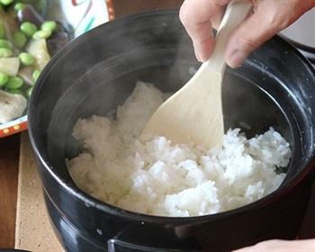 「たのしく、しっかりとした生活文化」をコンセプトにしている「かもしか道具店」のごはん鍋。コンセプト通りにごはんが楽しくおいしく炊ける鍋であり、20分でツヤツヤしたふっくらおいしいごはんが炊きあがります。