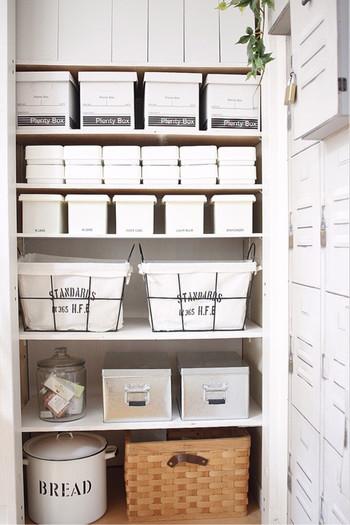 扉のついた棚収納でも、用途に合った収納アイテムを入れるとこんなにもすっきりと美しく、使いやすくなります。デザインが素敵なものを選べば、「しまう収納」をした上で「見せる収納」を兼ねることも。棚収納にぴったりなカゴやボックス、ケースたちをご紹介していきます。