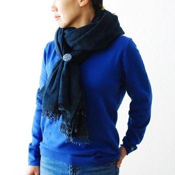 まだ寒さが残るこの時期は、ストールで首元をしっかり防寒。ニットと同じブルーにすることで、鮮やかかつエレガントな雰囲気が漂います。