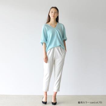 透明感のあるペールブルーのニットは、春らしく爽やかに着るのがGOOD。真っ白なパンツをセットして、濁りのないスタイルに仕上げましょう。