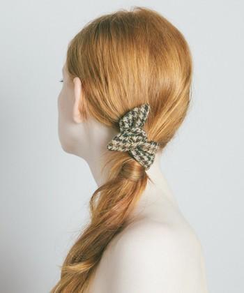 サイドのローポニーの結び目に髪を巻きつけると仕上がりがアップします。 さらにヘアアクセサリーを斜めに重ねづけすると、おめかしスタイルに早変わり!