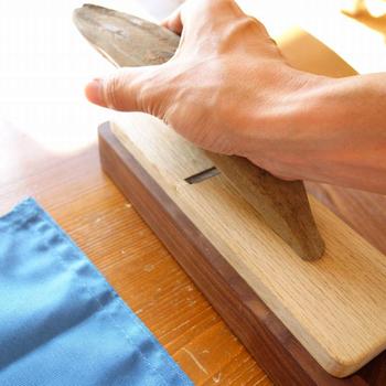 使い方も簡単です。大工さんが使うカンナのようなかつお節削り器の刃の部分で、スライサーのようにかつお節を削ります。