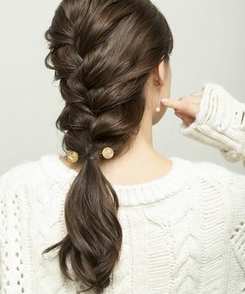 根本に近い場所だけでなく、髪の裾の方につけるというやり方もアリ。ゴムやクリップとはまた違う、繊細なおしゃれ感が出てきます。