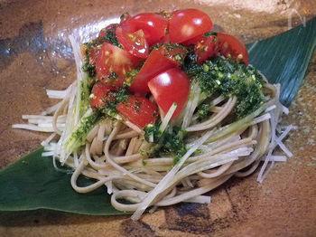 こちらはバジルの香りがアクセントになったそばサラダです。ドレッシングはバジルペーストと麺つゆの素だけでできるので簡単。ミニトマトを彩り良く飾って頂きましょう♪