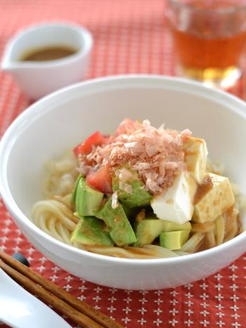 メインとしても通用するレシピですが、小分けにして具を多めに加え、サラダとして頂くのも良いでしょう。ほんのり甘いねりごまが隠し味。トマト、アボカド、豆腐のトッピングのバランスも良いです。