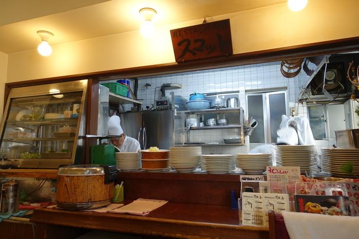 そうした多くの人々が訪れ、暮らしを営む「熱海」には、独自の工夫と努力を重ねながら、人々の舌を満足させてきた飲食店が数多く有ります。【「レストランスコット」旧館店内】