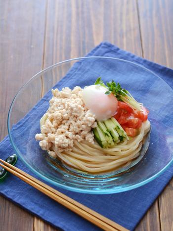 まずはお馴染みの冷やし中華のうどんバージョンから!こちらは鶏そぼろや野菜、温泉卵をのせたアイディア。冷やし中華の麺をうどんに代える要領でいろいろ試してみてください。