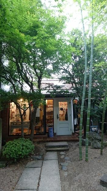 喫茶室「可否館」の他、盛岡の材木町には、漆器や全国の焼き物を扱う「光原社本店」、宮沢賢治の資料を展示する「マヂエル館」、岩手県の食品や南部鉄器などを扱う「モーリオ」、世界の民藝や服飾雑貨「カムパネラ」があります。素朴でありながらヨーロッパの田舎のようなおしゃれ感もある素敵なスポットです。
