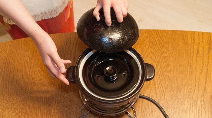 炊き方は簡単で、まずお米の分量に合った水を入れて、20分間浸します。その後、中ふたと上ふたをセットします。かまどさんには、中ふたと上ふたがあり、これらのふたが圧力釜の役目を果たしてくれるため、吹きこぼれもなく安心して炊けるうえに、鍋の中の圧力が高まることで、しっかりと粒が立った見た目もツヤツヤでおいしいごはんが炊きあがるんです。