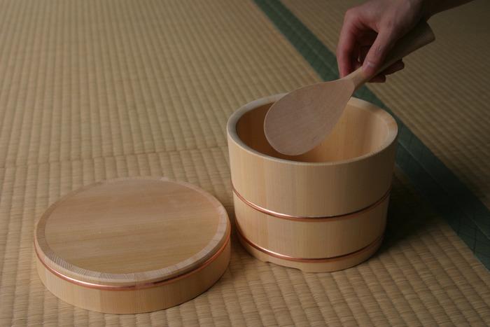 1997年創業の、日本を代表する工芸品ブランドである「東屋(あづまや)」のおひつは、樹齢百年をこえる木曽さわらの柾目材だけを使用て作られています。木曽さわらには優れた耐水性があり、柾目材にはとくに高い吸水性があるので、おひつとして最適です。