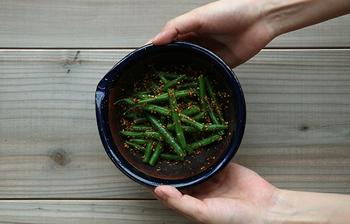 お惣菜として人気のある胡麻和え。市販のすりごまを使って手軽に作れますが、やはり粒状の胡麻をすり鉢に入れて、すりコギですりつけて潰して作る、一手間かけた胡麻和えは香りからして違います。他にもすり鉢では芋やナッツ類などをすり潰すことができて便利。