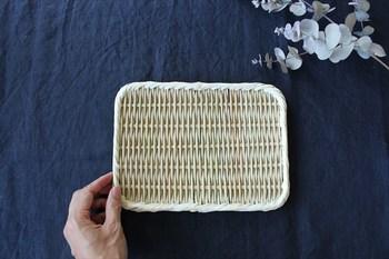 こちらの真竹の角盆ざるは、昔ながらの製法で、ひとつひとつ丁寧に職人さんが編み上げた、シンプルながら頑丈な作りの7寸のざるです。調理の下ごしらえの他に、おそばやそうめんなどを盛っても◎。
