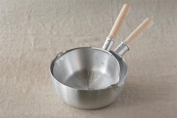 3~4人分の味噌汁づくりにちょうど良い18cm:1.12ℓ(7分目)と、青菜などをたっぷりのお湯で茹でるのに最適な21cm:1.68ℓ(7分目)の2サイズあり、どちらも使い勝手が良いうえに、2つを重ねて収納出来るので両方揃えたくなるかも。