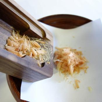 削ったかつお節は、小箱の引き出しに入るようになっているので、そのまま引き出しから取り出せます。削り立てのかつお節の使い方も色々、ホウレンソウのおひたしや冷や奴にかけたり、あたたかいご飯にのせたり、食卓いっぱいに良い香りが広がり、食欲が増しそう。