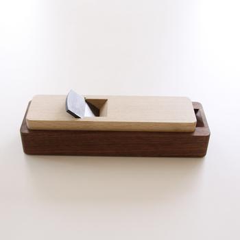 本職用の大工道具を30年に渡って作り続け、2014年に家庭用品ブランド「台屋」として、現代の暮らしにも馴染みやすく使い勝手の良い製品を作り続けている「台屋」のかつお節削り節は、ウォルナットのコンパクトなデザインが現代風でオシャレ。