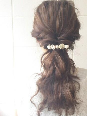 自分で思っているよりも、大胆に髪を引き出すとナチュラルにくずした感じになります。髪にワックスやスタイリング剤をつけておくのがポイント。