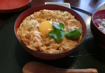店から30キロ離れた長野県辰野町で育てられ、東京では高級品種として知られる「ぎたろう軍鶏」を用いた『木鶏丼』。
