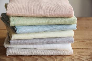 享保元年(1716)創業の中川政七商店は、奈良の地で300年近く、手紡ぎ手織りの麻織物を中心に扱い続けてきた老舗ブランドです。その中川政七商店が手がける花ふきんは、天然素材100%で見た目もすっきりとしていて色合いも和の趣があり、台所になつかしくあたたかい雰囲気を醸し出してくれそう。