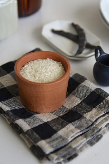 目止めには米の研ぎ汁を使います。米のでんぷん質が陶器の凹凸に入り込み、穴を塞ぐ役割を果たしてくれるのです。米の研ぎ汁がない場合は、小麦粉や片栗粉でも代用できます。