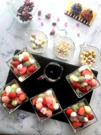 白、緑、ピンクの白玉とお好きなフルーツを合わせて、生クリームやあんこ、黒蜜などお好きなトッピングで楽しむ簡単おもてなしデザートです。