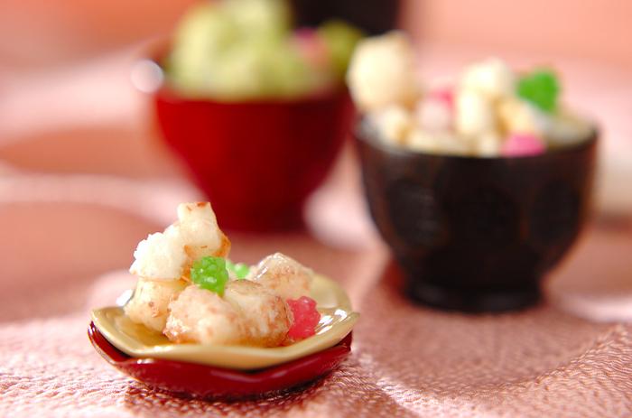 固くなったお餅を使ったひなあられ。オーブンで焼いて抹茶や桜パウダーなどお好きなトッピングをするだけ!