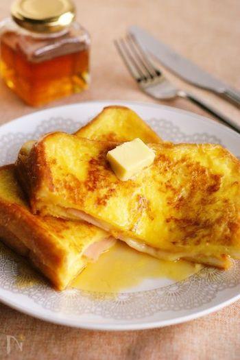 """またクロックムッシュと似たレシピでフレンチトースト風に仕上げた食べ方がありますが、こちらは""""モンティクリスト""""といいカナダ発祥のレシピなんだそう。  チーズやハムの塩気とはちみつの甘さが好相性でたまりません!"""