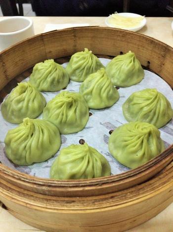 他に、京鼎楼の名物として有名なのが、こちらの緑色の「烏龍茶小籠包」。台湾名物の台湾茶と小龍包を一度に楽しめるようにと、餡にも皮にもお茶が練りこまれているのです。とあるテレビ取材がきっかけで誕生し、今ではすっかり人気メニューになりました。