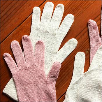 夜専用の保湿手袋を使用することで、手肌をもっちりすべすべに!クリームを手に塗ってから装着するのがポイントです。
