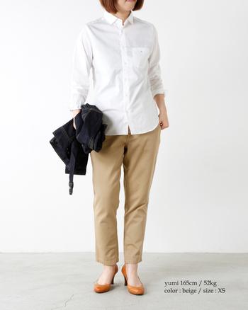 ちょうど足首が出るチノパンは、どんな装いもヌケ感たっぷりに昇華。シャツを合わせるだけで、洗練されたアーバンスタイルに仕上がります。