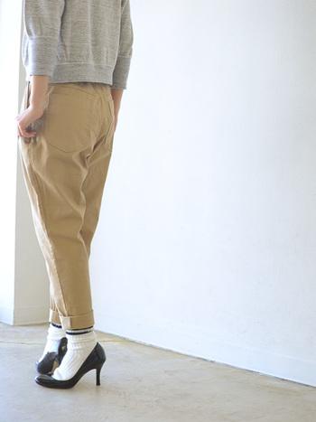 メンズライクなソックスをパンツの裾からチラ見せ。スポーティーな要素を取り入れつつ、パンプスでマチュアなエッセンスもひとふりします。