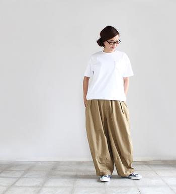 こなれたリラックス感とセンスの高さをアピールできる極太パンツ。飾り気のないTシャツで、チノパンのデザイン性を主役にします。
