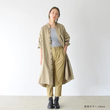 ドライなロングシャツにゴツめのショートブーツ。チノパンのシルエットがキレイなので、そんなワーク風ルックにもしっかり女性性が宿ります。
