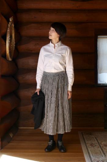 シャキッと感のある白シャツを、ギンガムチェックのスカートが柔らかな印象にチェンジ。モノトーンルックも、春らしい爽やかなテイストに引っ張れます。