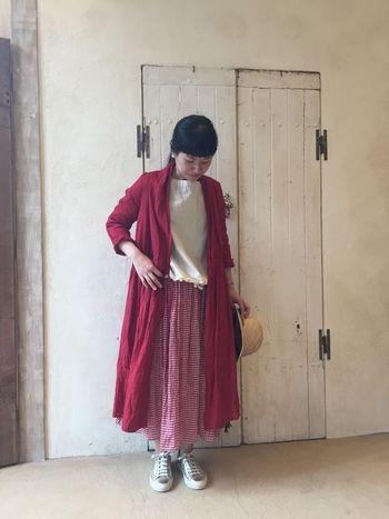 ともすると子供見えしてしまうギンガムチェックのスカート。長め丈にすれば、しっかりレディな雰囲気で着こなせます。