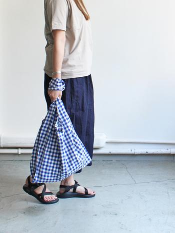 柄ものの洋服が苦手な方は、小物からギンガムチェックにトライして。コージーなトートバッグなら、甘くなり過ぎることもありません。