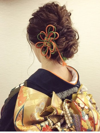 ヘアアレンジの幅が広いロングヘアは、さまざまなアレンジが可能で、華やかにもシンプルにも決まります。三つ編みや編み込みを使えば、低めアップヘアもこんなに華やかになりますよ。