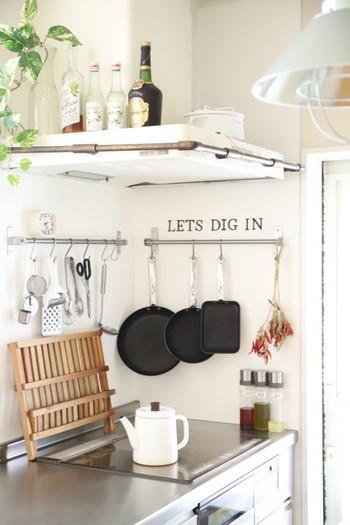 こちらのキッチンでは、使用頻度の高い調理器具を絞り、掛ける収納で整理されています。出しっ放しでもお洒落に見えるよう、使い勝手が良く、なおかつデザインも優れた選りすぐりのツールを探してみるのも良いですね。